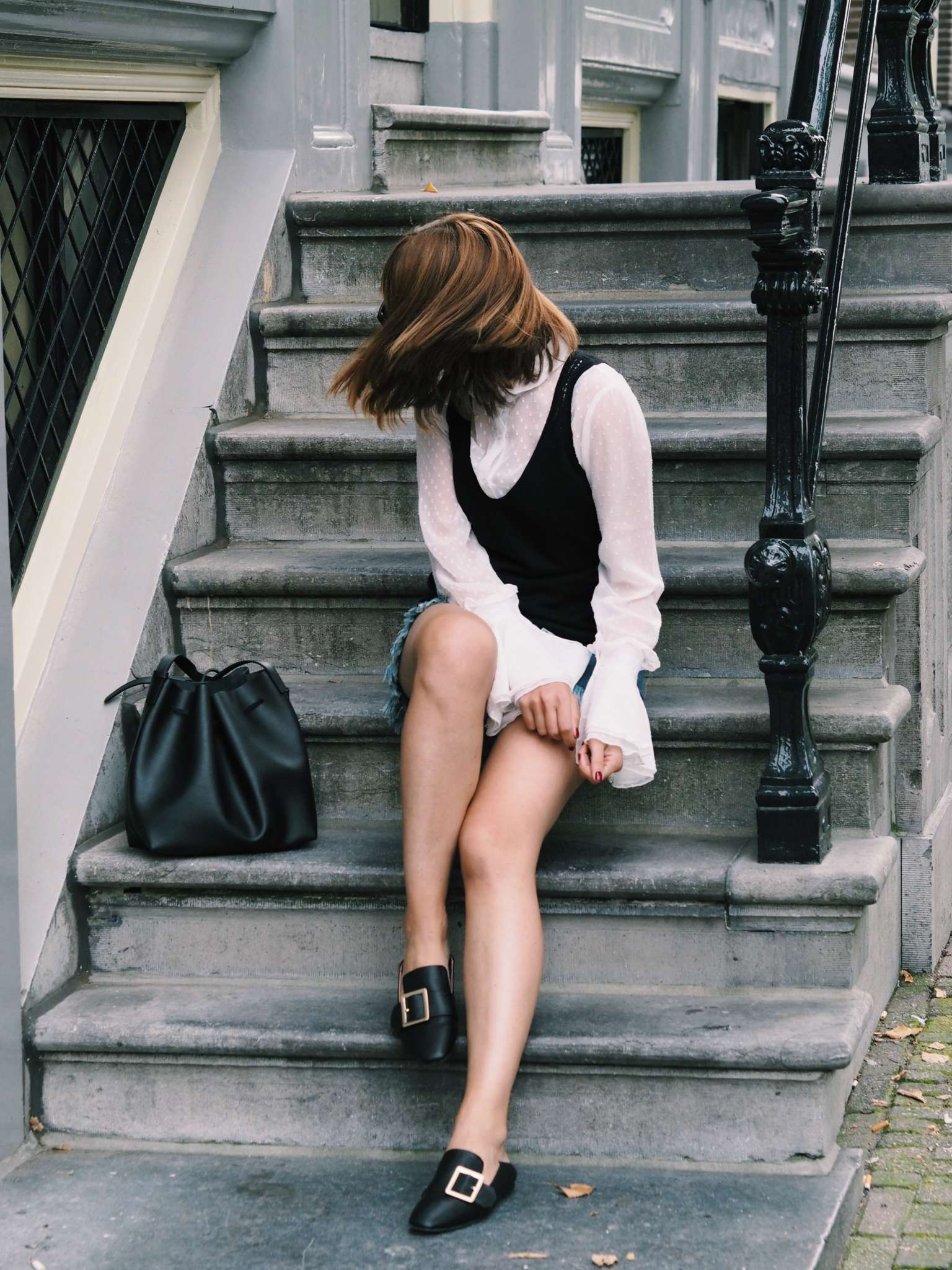 falltrends2016-fashion-blogger-frayed-hem-jeans-ruffles-sleevesstyle-slippers