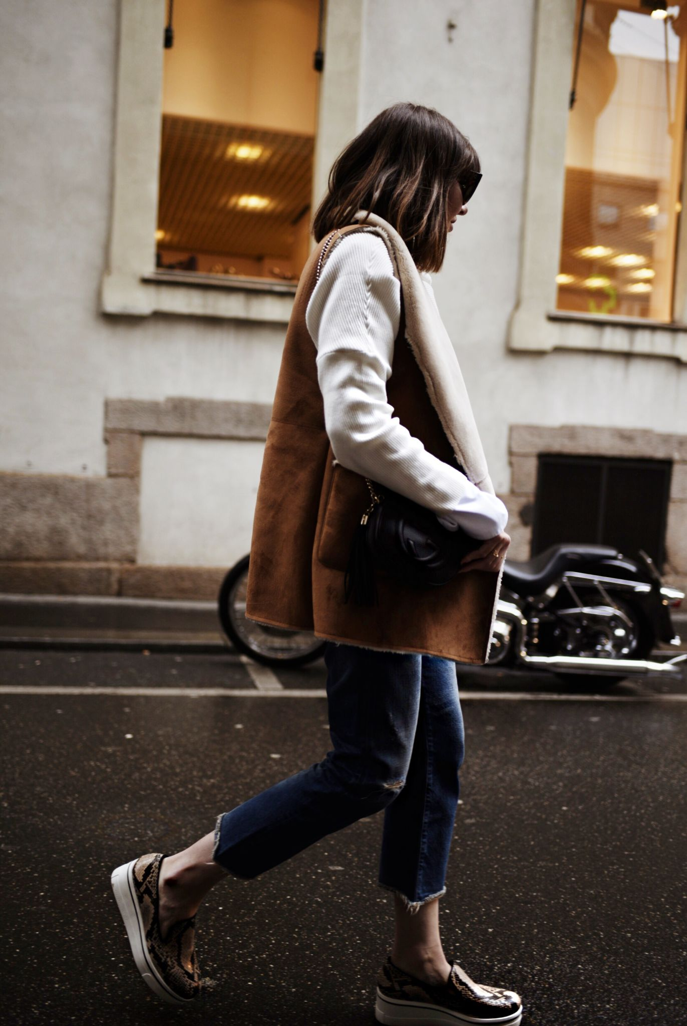 shein-oversized-sweater-big-sleeve-white-shirt-open-hem-jeans-denim-gucci-bag-shearling-vest-stellamccartney-shoes-flatform
