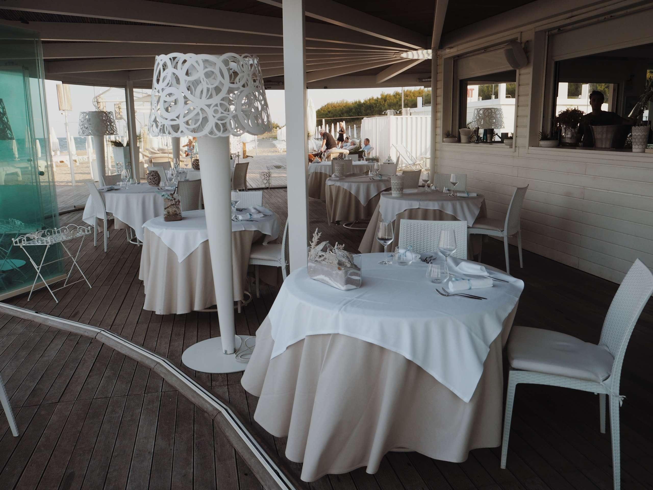 beach-club--Elliot-Mann-Italy-laura-gravestock--nicole-vienna-otterbox-phone-case-summer--Ana-Alcazar-cala-celeste-lido-adriano